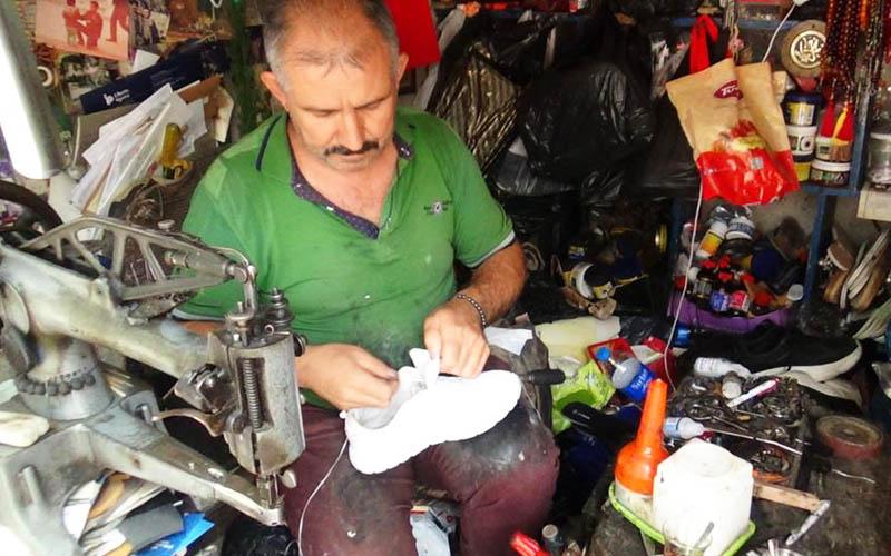Ayakkabı tamircisinin 3 m²'lik dükkana sığan yaşamı