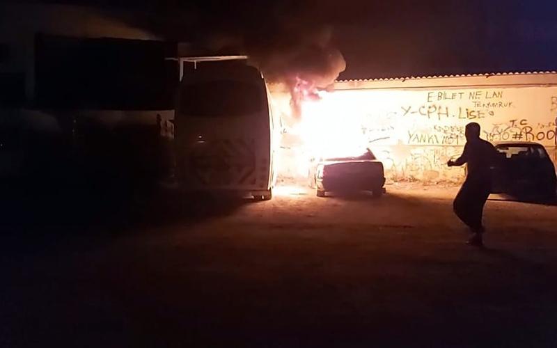 Ateşe verilen 2 araç yandı