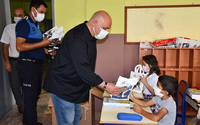 Şevik, okulları ziyaret edip kırtasiye malzemesi dağıttı