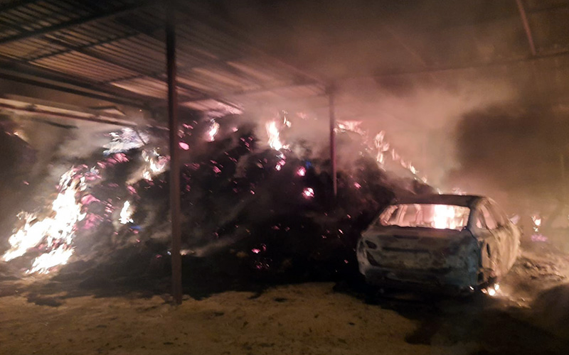 Alevler evi, otomobili ve balyalarca samanı küle çevirdi