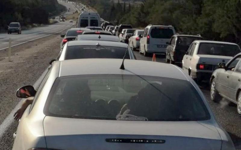 Denizli-Antalya karayolunda bitmeyen trafik çilesi