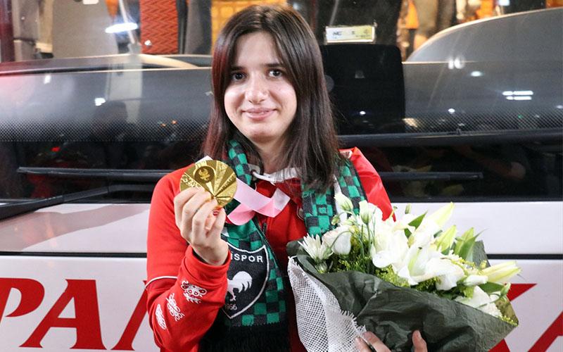 Tokyo'nun altın madalyalısı milli sporcu Şeydanur, Denizli'ye döndü