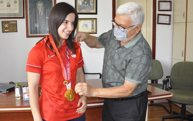 Tokyo'nun altın madalyalı sporcusu altınla ödüllendirildi