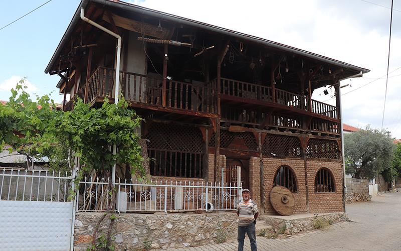 Eski evi restore etti, ata yadigarlarını burada sergiliyor