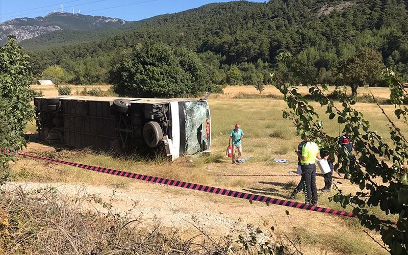 Turist kafilesini taşıyan otobüs öğrenci servisiyle çarpıştı: 1 ölü, 35 yaralı