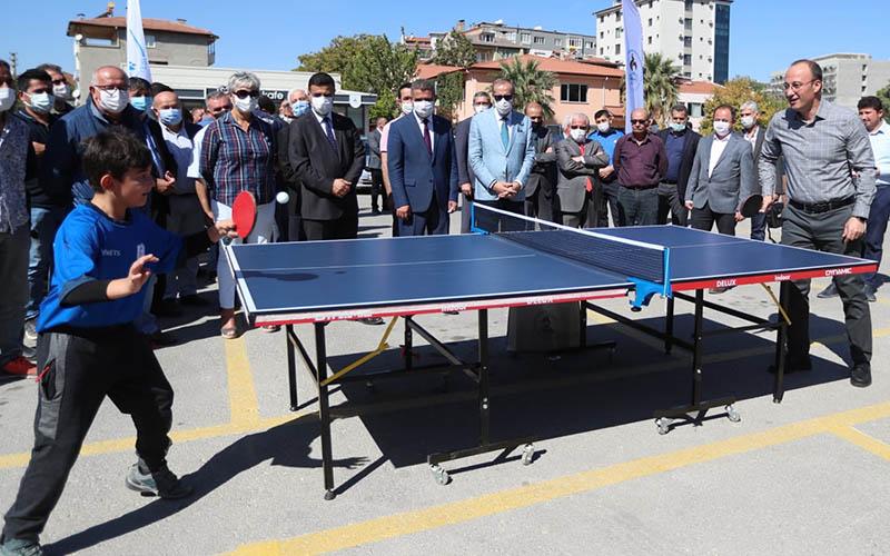 Pamukkale Belediyesi, okullara tenis masası dağıttı