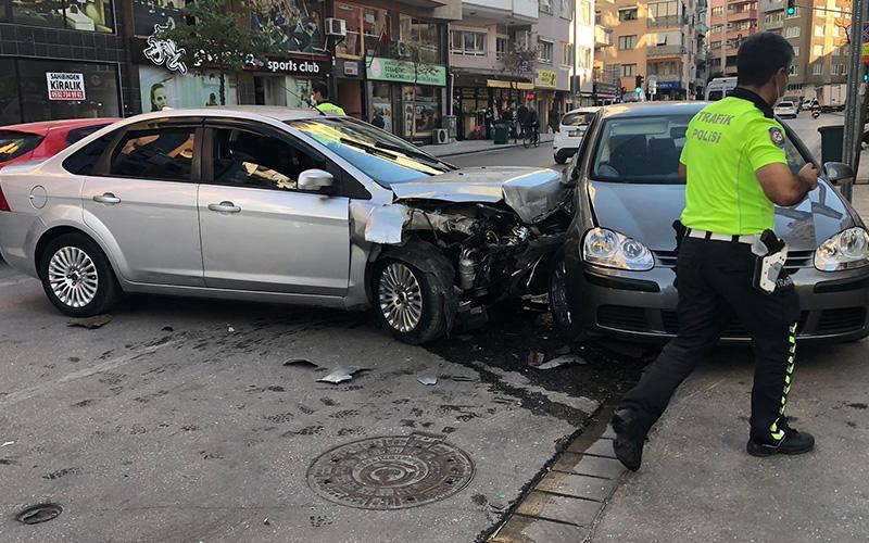 Dikkatsiz sürücülerin kaza anı güvenlik kamerasında