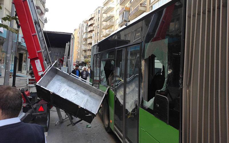 Yük asansörü belediye otobüsüne çarptı